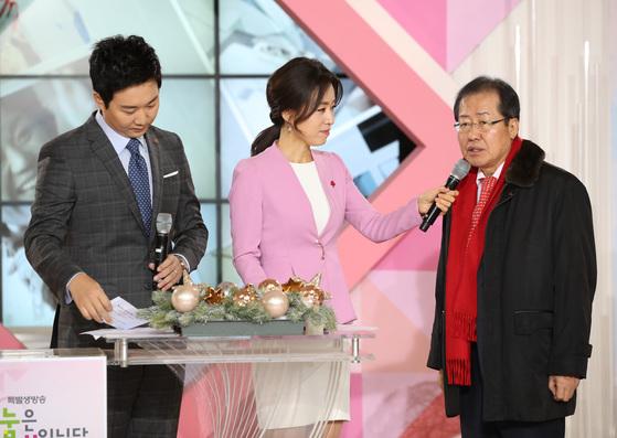 자유한국당 홍준표 대표가 19일 서울 여의도 KBS에서 열린 KBS 특별생방송 '나눔은 행복입니다'에 출연, 인터뷰하고 있다. [연합뉴스]