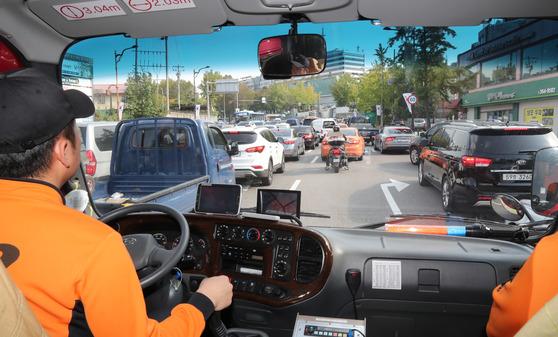 지난 10월 16일 소방차 길터주기 훈련 중 서울시 용산의 한 도로에서 주행하던 차량들이 소방차에게 길을 터주고 있다. 김춘식 기자