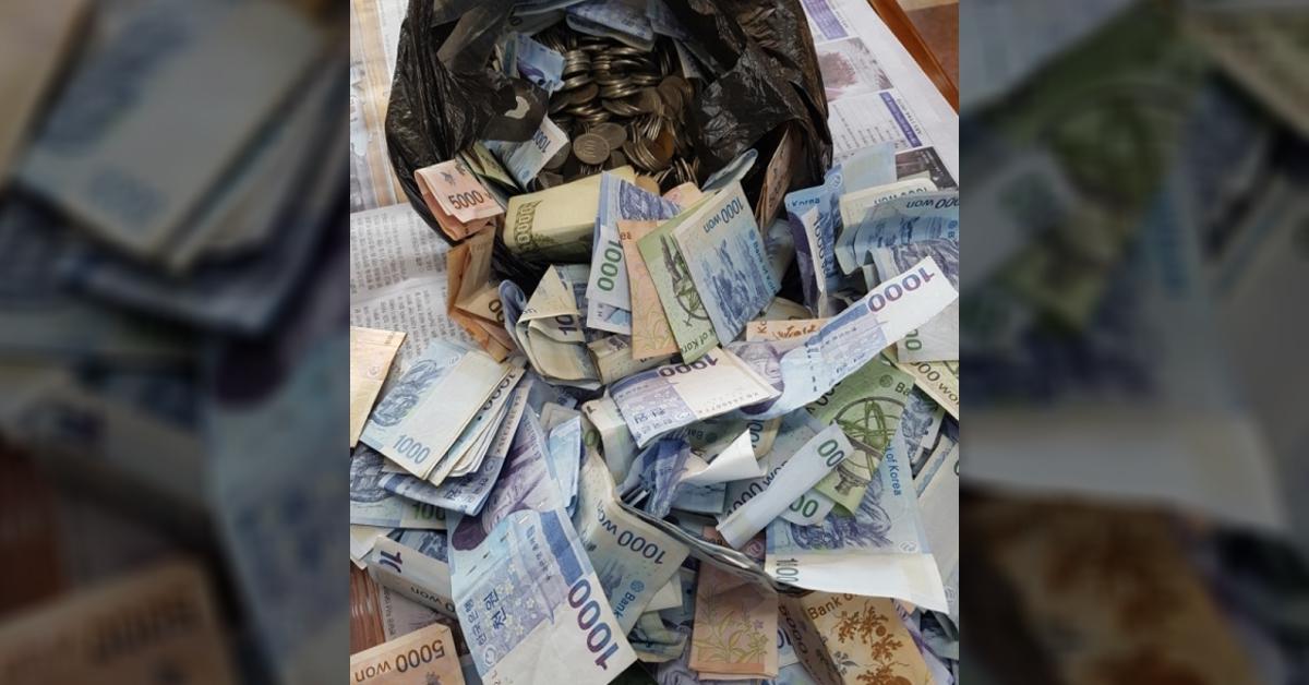 꼬깃꼬깃한 지폐와 동전이 가득 들어 있는 기부자의 검정봉지. [사진 함평군]