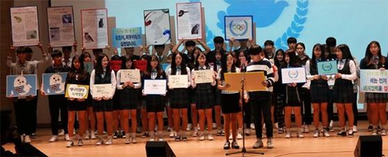 유엔 세계평화의 날 기념식에서 '해바라기' 회원들이 생태평화 선언문을 낭독했다. [사진 문산수억고]