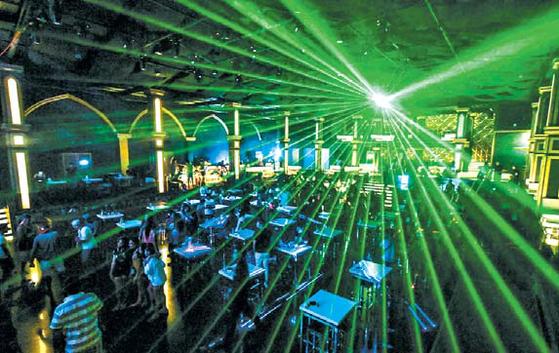 하나투어는 보라카이 특유의 흥겹고 건전한 클럽 파티를 즐길 수 있는 상품을 준비했다. '나혼자 산다'에 출연 중인 개그우먼 박나래가 클럽 디제이로 출격한다. [사진 하나투어]