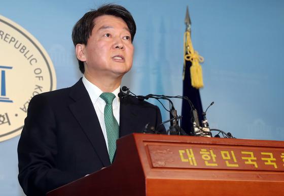 안철수 국민의당 대표는 20일 국회 정론관에서 기자회견을 열어 바른정당과의 통합 문제를 전당원 투표에 부쳐 재신임을 묻겠다고 밝혔다. 강정현 기자
