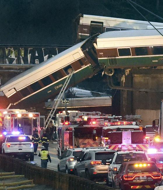 시애틀서 열차 탈선, 최소 3명 사망
