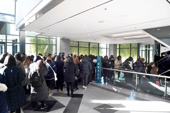 그룹 샤이니 종현의 팬들이 19일 오후 풍납동 서울아산병원 장례식장에서 조문하기 위해 줄지어 기다리고 있다. 발인은 21일 오전 9시다. [사진공동취재단]
