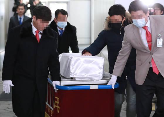 서울 양천구 이대목동병원에서 숨진 신생아의 장례 절차가 19일 진행됐다. 유가족이 관을 어루만지고 있다. [연합뉴스]