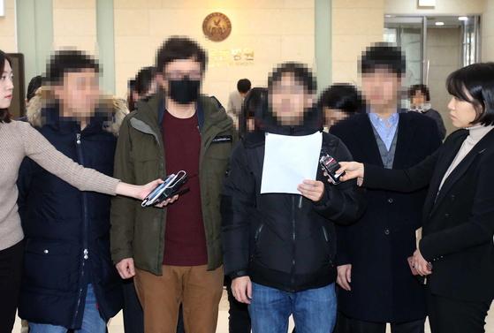 이대목동병원에서 사망한 신생아 4명의 유가족들이 20일 병원과의 첫 간담회 결과를 밝히고 있다. 오종택 기자