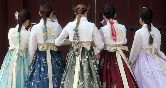 한복 차림의 관광객들이 서울 경복궁을 둘러보고 있다. 최정동 기자.