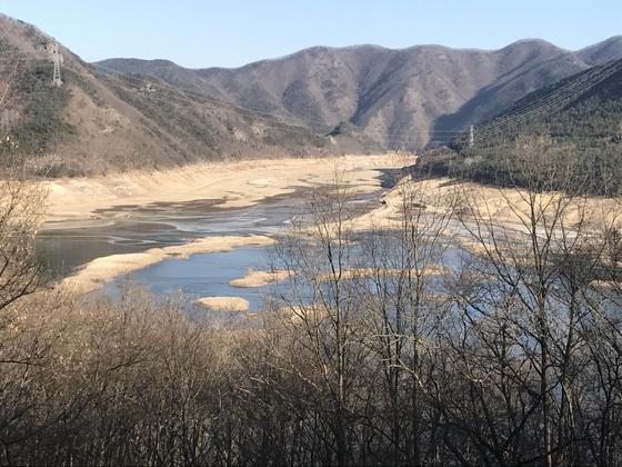 20일 오후 경북 청도군 운문호의 물이 말라 바닥을 드러내고 있다. 청도=김정석기자