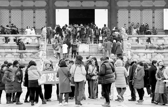 경복궁을 관람 중인 중국 여행객들. 중국측은 베이징·산둥성 지역에 한해 허용한 한국행 단체여행객 비자 승인을 지난 19일 다시 거부했다. 중앙포토