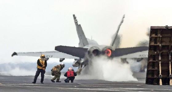 한ㆍ미연합훈련인 키리졸브(KR) 훈련과 독수리(FE) 연습이 진행 중인 지난 3월 한반도 동남쪽 공해상에 진입한 미국 핵항공모함 칼빈슨함의 갑판에서 F/A-18 전투기가 이륙하고 있다. [사진공동취재단]