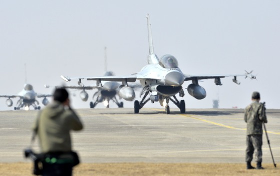 한ㆍ미 연합 군사 훈련인 키리졸브연습ㆍ독수리훈련이 지난 3월 13일 시작됐다. 이와 함께 열린 한국 공군의 단독 공중전투훈련인 '소링 이글'에 참가한 KF-16 전투기들이 이륙을 위해 활주로에서 대기하고 있다.  프리랜서 김성태