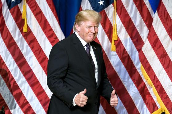 """도널드 트럼프 미국 대통령이 18일(현지시간) 워싱턴 로널드 레이건 국제무역센터에서 국가안보전략 보고서를 발표하고 있다. 이 자리에서 트럼프 대통령은 '압도적인 힘으로 북한에 대응하겠다""""며 북한 비핵화 의지를 피력했다. 또 트럼프 대통령은 미국의 국익을 우선시하는 '미국 우선주의'를 재천명했다. [UPI=연합뉴스]"""