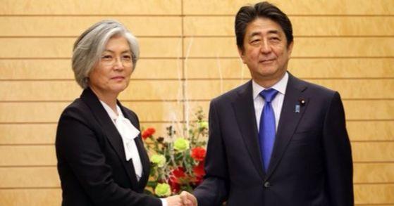 강경화 외교부 장관이 19일 아베 신조 일본 총리를 예방해 악수를 하고 있다. [사진=연합뉴스]