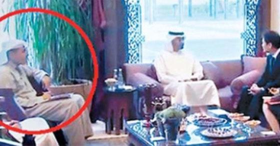종석 대통령 비서실장(오른쪽)이 지난 10일 UAE의 무함마드 빈 자이드 알나하얀 왕세제(가운데)를 만나고 있다. 원전 책임자인 칼둔 칼리파 알무바라크 UAE 원자력공사 이사회 의장(붉은 원)이 배석했다. [사진 샤리카24시 영상 캡처]