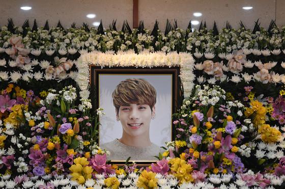 그룹 샤이니 종현의 빈소가 19일 오전 서울 아산병원 장례식장에 마련됐다. 발인은 21일이다. 일반인 조문은 같은 병원 장례식장 지하 1층 3호실을 통해 가능. [사진공동취재단=연합뉴스]