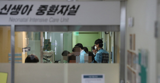 19일 오후 서울지방경찰청 광역수사대 관계자들이 이대목동병원 신생아 사망사건 관련 신생아 중환자실을 압수수색 하고 있다. 우상조 기자
