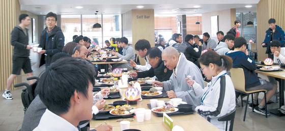 지난달 14일 2018 평창 패럴림픽 선수단과 지도자 등 250여 명을 위한 오찬 행사가 열렸다. [사진 한국불교문화사업단]