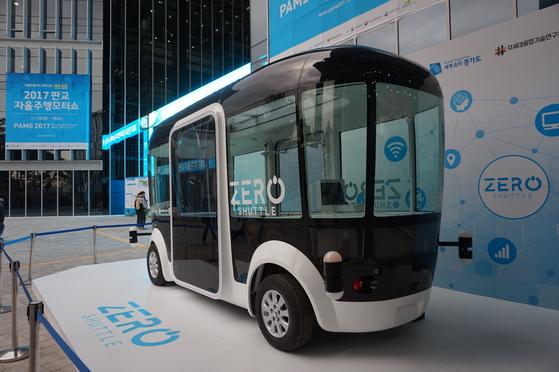 경기도의 의뢰를 받아 차세대융합기술연구원이 개발한 국내 첫 자율주행버스 '제로셔틀'. 이르면 올해 안에 도심 시범주행을 시작할 예정이다. [사진 경기도]