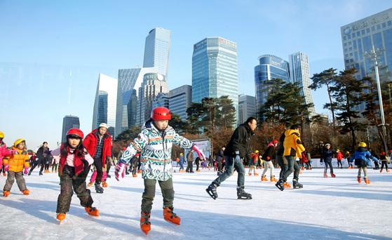 서울 도심 속 여의도공원이 겨울철 스케이트를 탈 수 있는 얼음 공원으로 바뀐다. 여의도 여의아이스파크를 찾은 시민들이 추위를 잊은 채 스케이트를 타고 있다. [중앙포토]