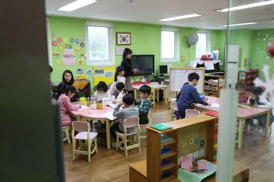초등학교의 빈 교실을 활용해 어린이집을 만드는 문제를 두고 교육부와 복지부가 엇박자를 내고 있다. 경기도 분당 한 어린이집에서 교사가 아이들을 돌보고 있다. [중앙포토]