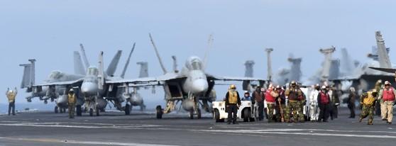 한미연합훈련인 독수리훈련(FE)과 키리졸브(KR) 훈련이 역대 최대 규모로 진행 중인 지난해 3월 한반도 동남쪽 공해상에 도착한 미국 제3함대 소속의 핵항공모함인 칼빈슨호 비행갑판에 F/A-18 전투기가 이륙준비를 하고 있다. [중앙포토]