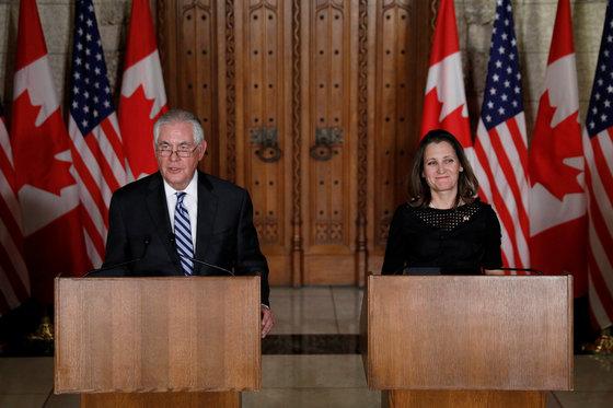 19일 캐나다 오타와에서 기자회견 중인 렉스 틸러슨 미 국무장관(왼쪽)과 크리스티아 프릴랜드 캐나다 외무장관. [로이터=연합뉴스]