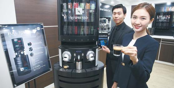 네스프레소가 기업 고객을 위해 선보이고 있는 '타워 솔루션'. 커피 캡슐 보관 및 판매, 커피 추출이 가능한 결제시스템이 결합된 모듈 방식으로 사용 공간과 직원 수 같은 커피 사용 환경을 고려해 최적으로 조합해 사용할 수 있는 것이 장점이다. [사진 네스프레소]