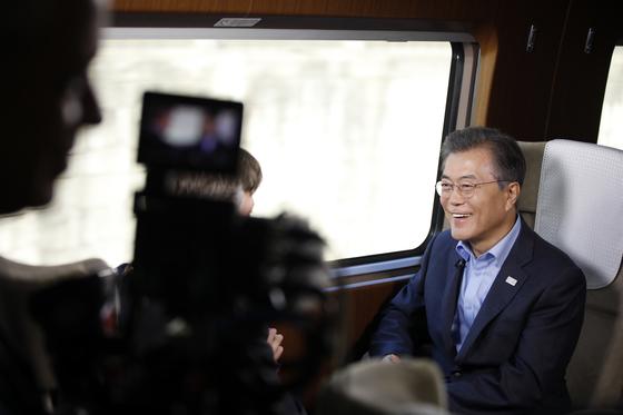 문재인 대통령이 19일 오후 KTX 경강선 시승 행사중 대통령 전용고속열차에서 미국 NBC방송과 인터뷰를 하고 있다. [사진 청와대]