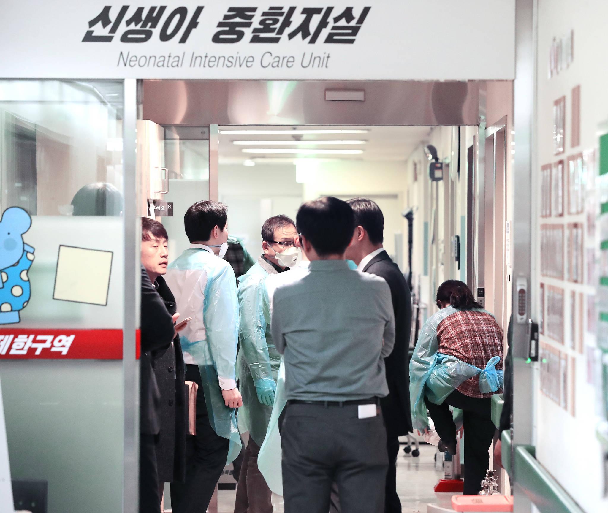 경찰 수사관들이 19일 오후 서울 이대목동병원 신생아 중환자실을 압수수색하고 있다. [우상조 기자]