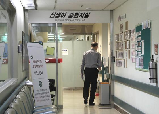 이대목동병원 신생아 사망사고가 난 11층 중환자실이 18일 폐쇄됐다. 이날 오후 병원관계자가 사망사고와 관련한 자료를 찾기위해 중환자실로 들어가고 있다. 최승식 기자