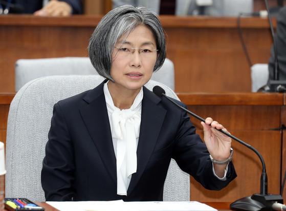 민유숙 대법관 후보자 인사청문회가 20일 국회에서 열렸다. 민 후보자가 의원질의에 답하고 있다. 강정현 기자