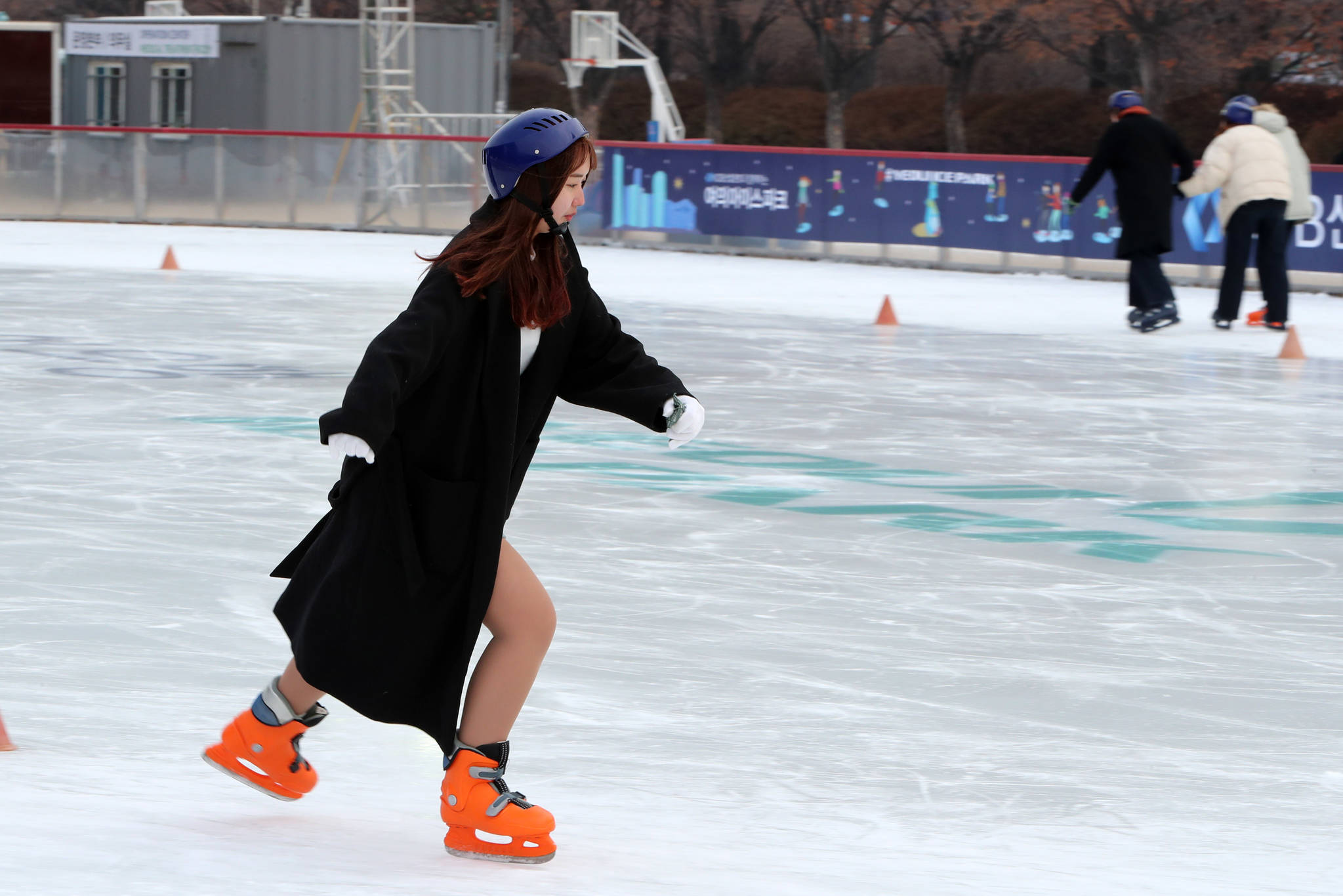 서울 여의도공원 스케이트장 '여의아이스파크'가 20일 개장했다. 첫날 오후 한 여성이 스케이트를 즐기고 있다.조문규 기자