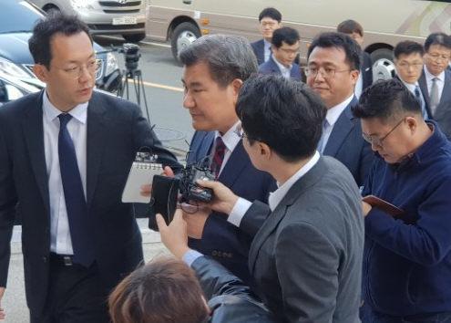 박인규(왼쪽 둘째) 대구은행장이 지난 10월 피의자 신분으로 대구경찰청에 출두하고 있다. [연합뉴스]