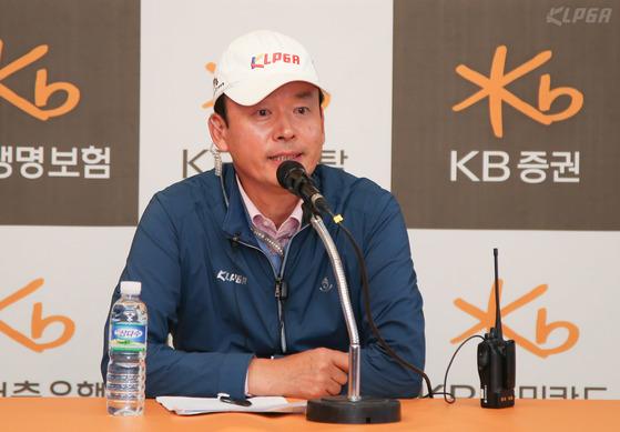 최진하 KLPGA 경기위원장이 19일 경기도 이천 블랙스톤GC에서 'KB금융 스타 챔피언십' 인터뷰를 하고 있다.. (KLPGA 제공) 2017.10.19/뉴스1