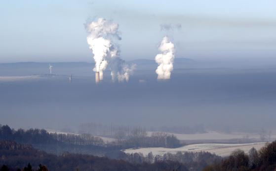 지난 2월 폴란드 보가티니아의 석탄화력발전소에서 연기가 올라오고 있다. 사진은 이곳에서 가까운 체코 프리들란트에서 촬영했다. 석탄화력발전 비중이 80%에 달하는 폴란드는 탄소배출 문제를 이유로 원자력발전소를 신규 건설할 계획이다. [AP=연합뉴스]