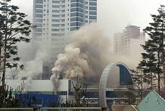 지난 2월 발생한 경기도 화성 동탄신도시 메타폴리스 화재 당시모습. 화재로 52명의 사상자가 발생했다. [중앙포토]