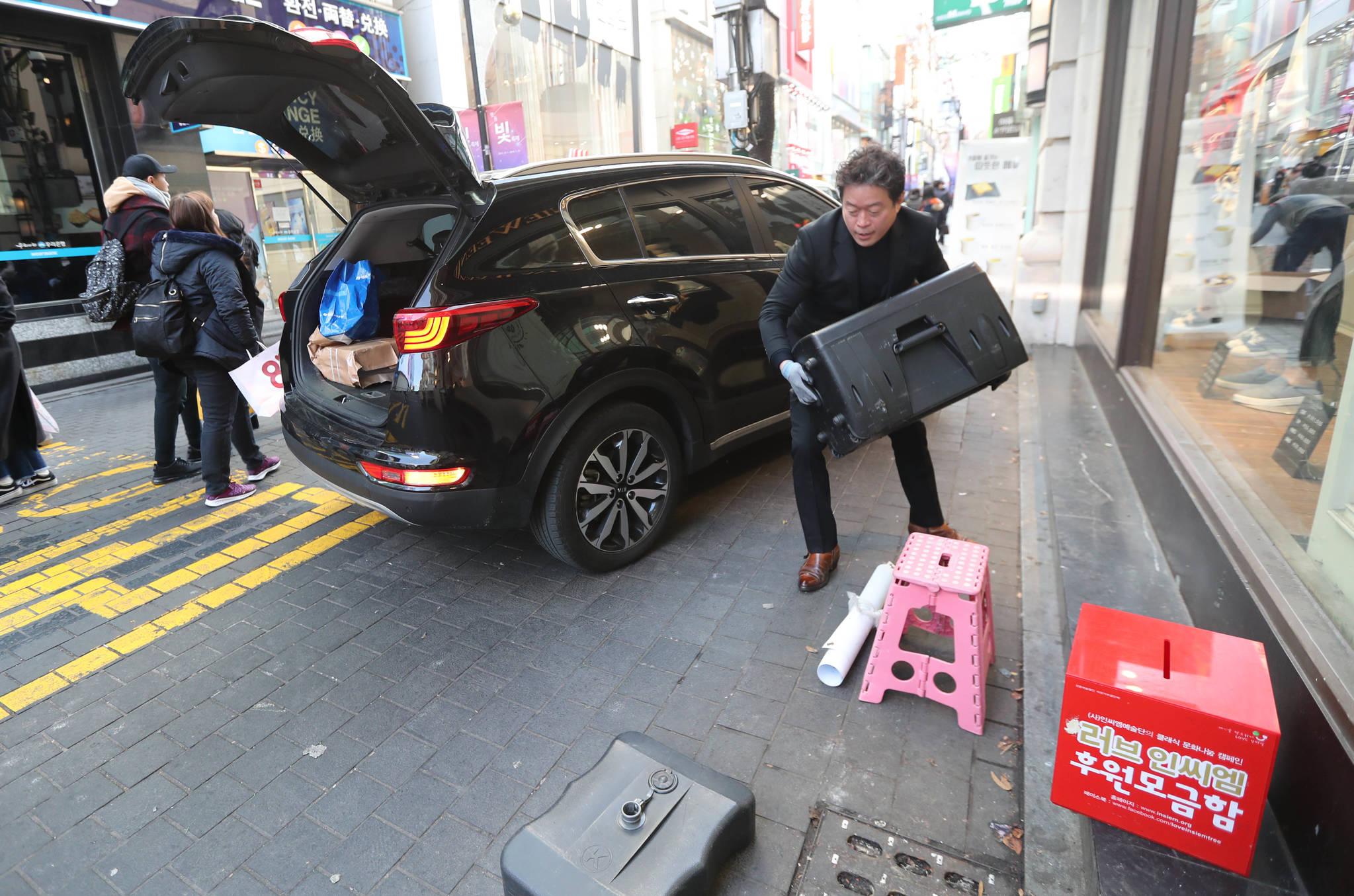 버스킹이 끝난 뒤 장비를 옮기고 있다. 모든 짐을 혼자서 옮긴다. 신인섭 기자