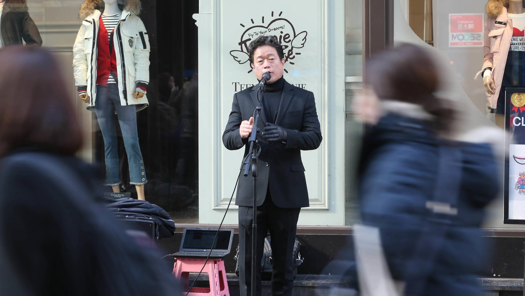 성악가인 노희섭 인씨엠예술단 단장이 서울 명동 우리은행 앞에서 노래하고 있다. 신인섭 기자