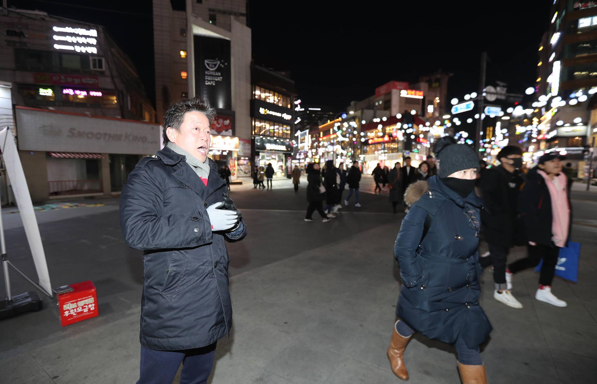 현대 유플렉스 신촌점 앞 광장에서 마이크 없이 노래하지만 사람들은 그대로 지나치고 있다. 신인섭 기자
