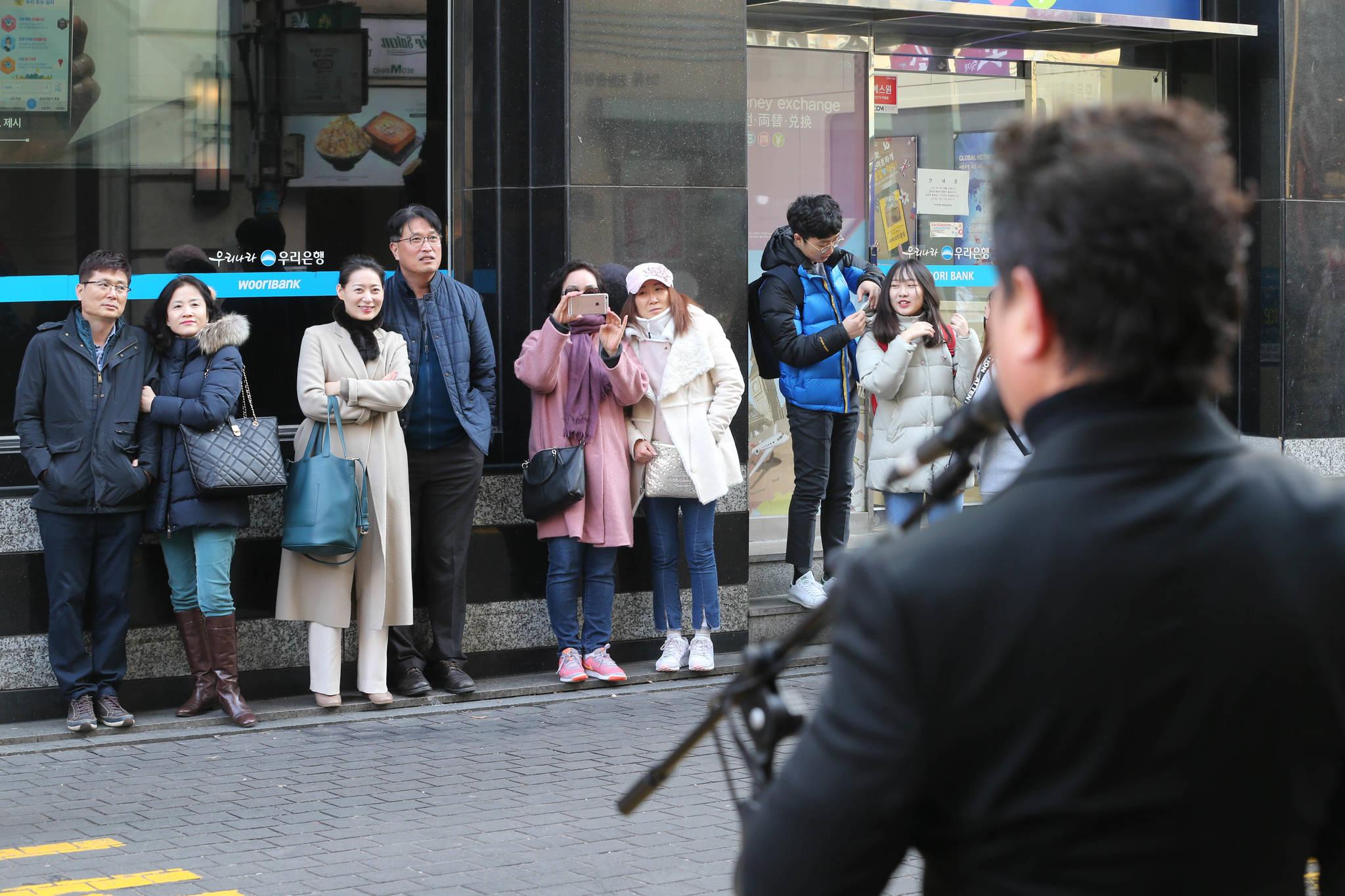 성악가인 노희섭 인씨엠예술단 단장이 길거리 성악 버스킹 1000회에 도전하고 있다. 서울 명동 우리은행 앞에서 사람들이 멈춰서서 노래를 듣고 있다. 신인섭 기자