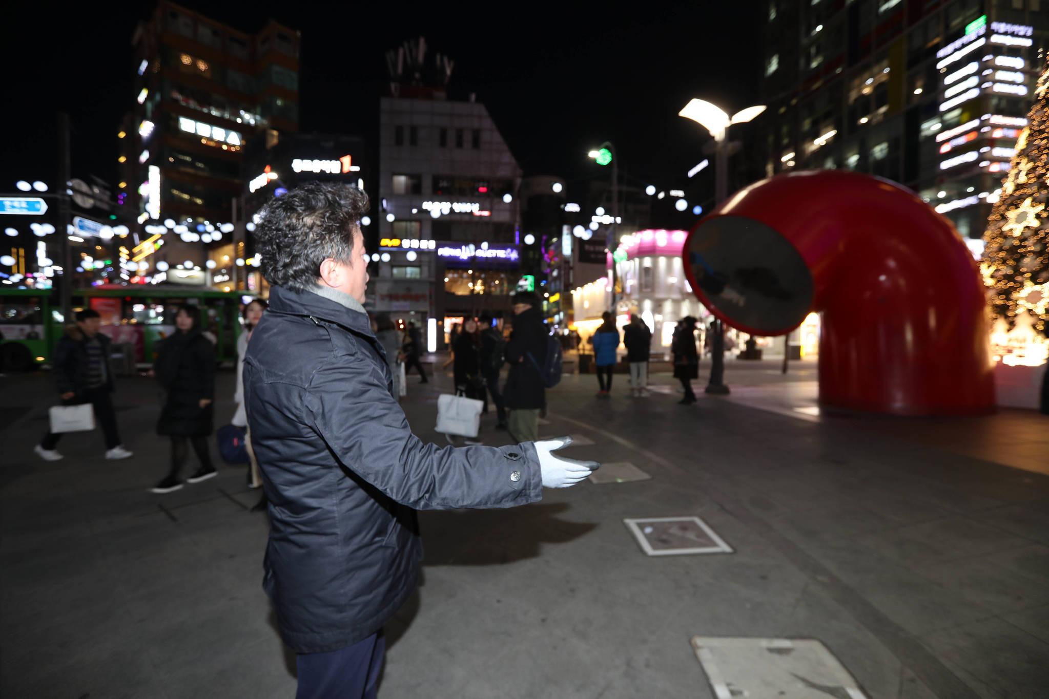 강추위가 몰아친 저녁 노희섭 단장이 현대 유플렉스 신촌점 앞 광장에서 노래하고 있다. 신인섭 기자