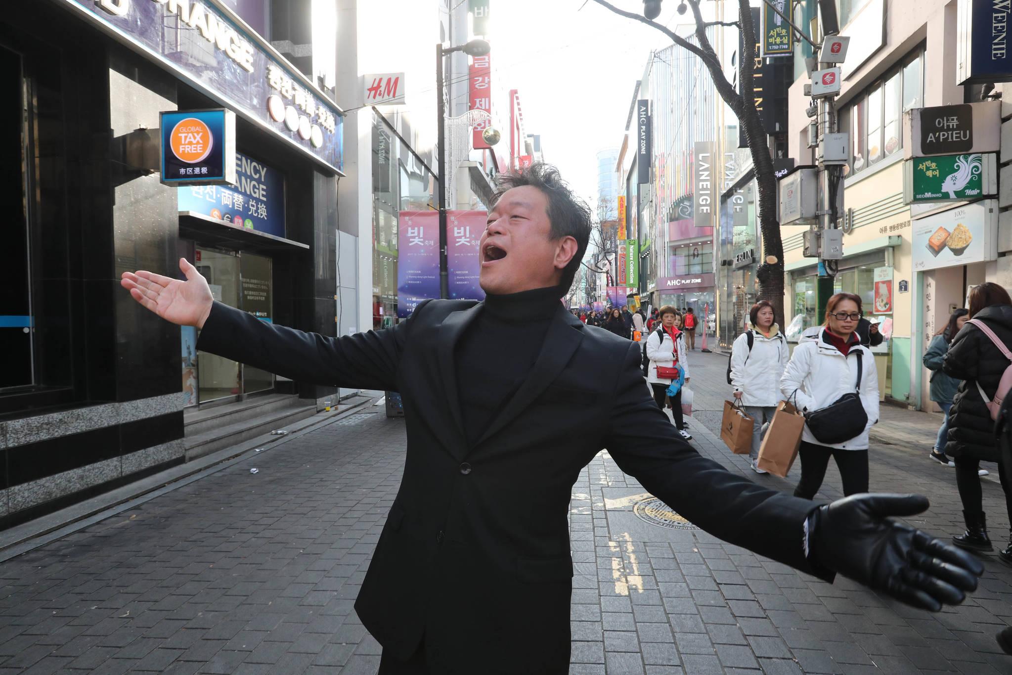 반응이 좋으면 마이크 없이 관객 바로 앞에서 노래를 하기도 한다. 신인섭 기자