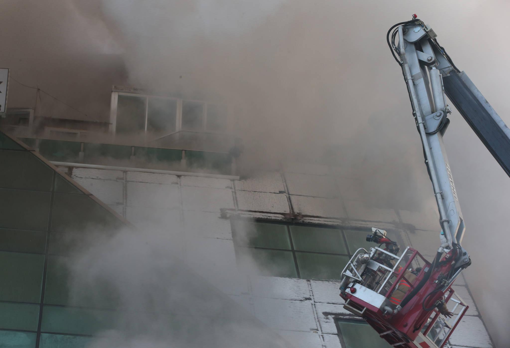21일 오후 충북 제천시 하소동의 '노블 피트니스센터'에서 불이 나 소방당국이 진화 작업을 벌이고 있다. [연합뉴스]