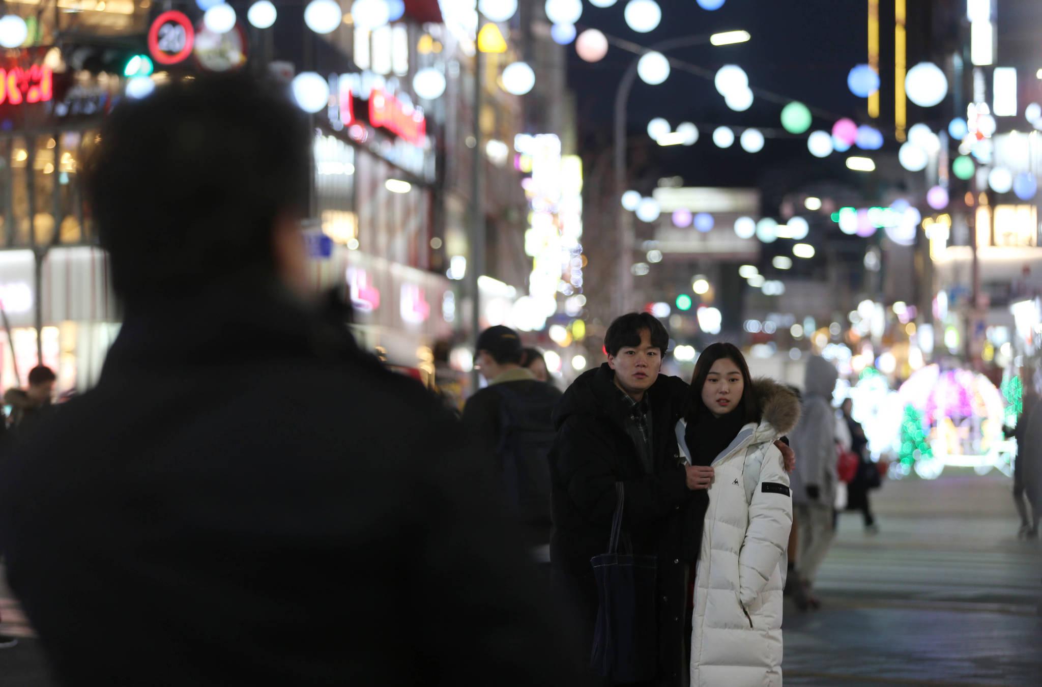 젊은 커플이 성악가인 노희섭 인씨엠예술단 단장의 노래를 듣고 있다. 신인섭 기자