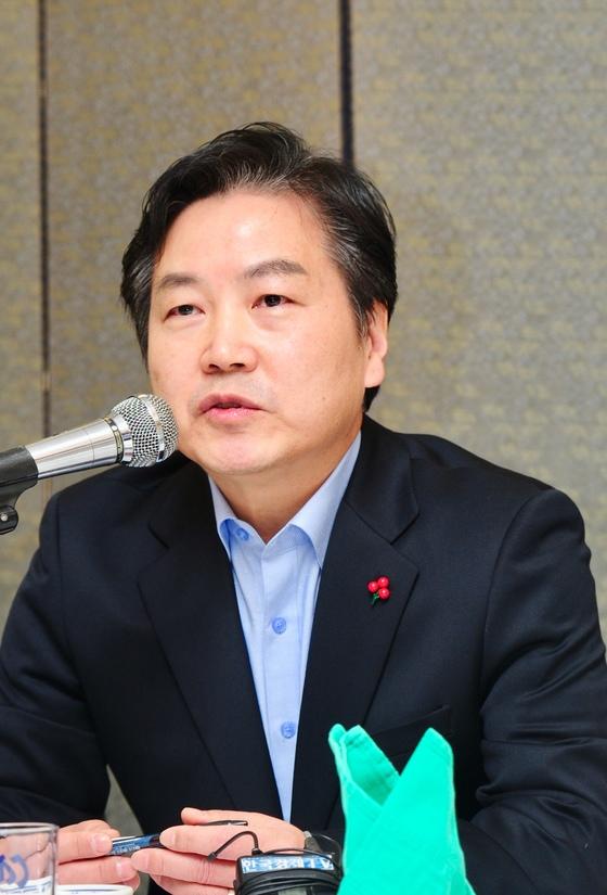 홍종학 중소벤처기업부 장관이 21일 서울 여의도에서 열린 기자간담회에 참석해 질문에 답하고 있다. [사진 중소벤처기업부]