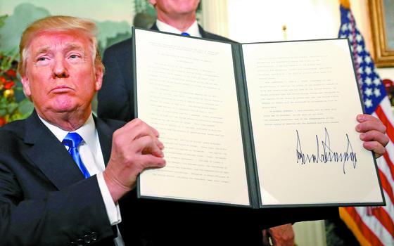 지난 6일(현지시간) 도널드 트럼프 미국 대통령이 백악관에서 예루살렘을 이스라엘 수도로 공식 인정한다는 내용의 선언문에 서명한 뒤 이를 보여주고 있다. [EPA=연합뉴스]