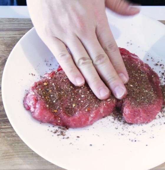 일정 시간 상온에 두어 고기 온도가 너무 차갑지 않도록 준비한다.