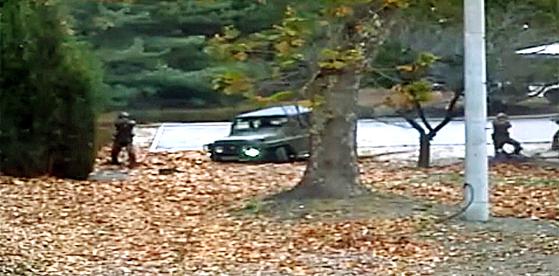 지난달 13일 북한군 병사 오모씨가 공동경비구역(JSA)를 넘어 귀순하자 북한군 추격조가 사격을 하고 있다. [유엔군사령부 CCTV캡처]
