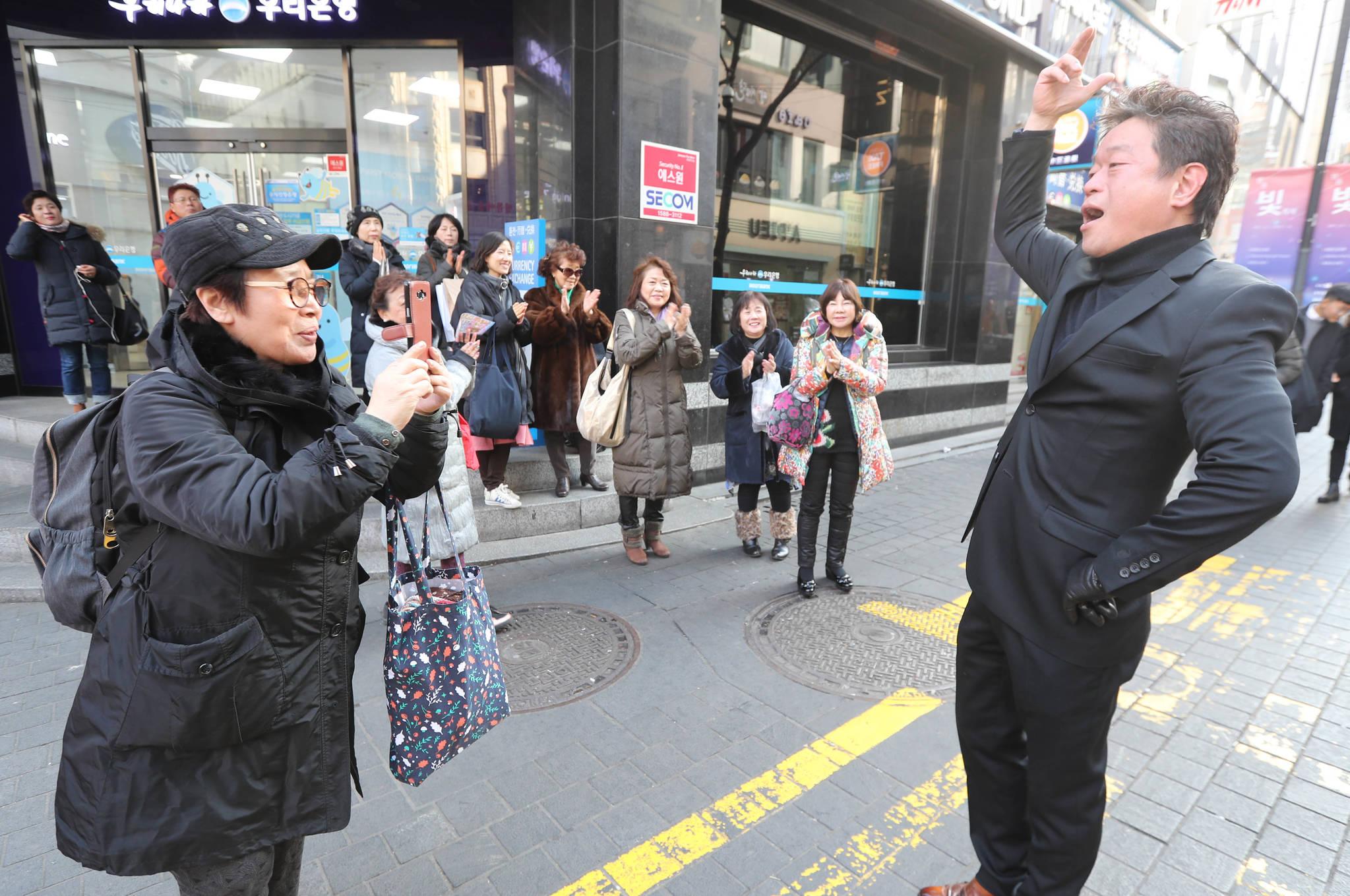 '자 찍으세요' 열정적으로 노래하는 모습을 한 관객이 사진찍고 있다. 신인섭 기자