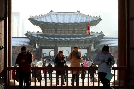 21일 오후 서울 경복궁을 찾은 중국인 단체 관광객들이 기이드의 설명을 들으며 관람하고 있다. 장진영 기자